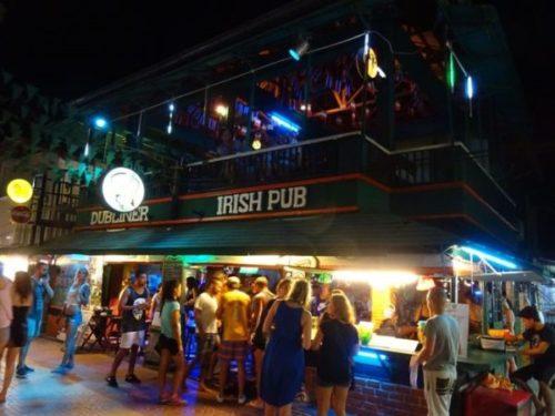 ピピ島のおすすめスポット「トンサイ・ベイ」のビーチバーで楽しむパーティー