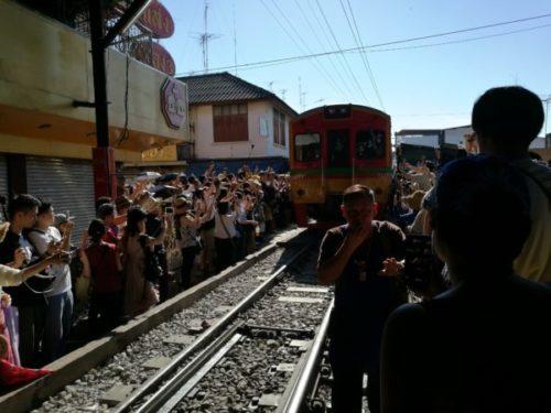 電車が来ると店じまいするタイのメークロン市場5