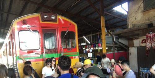 電車が来ると店じまいするタイのメークロン市場6