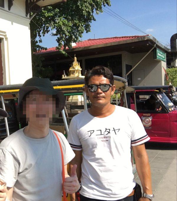 アユタヤでトゥクトゥクのドライバーと一緒に写真撮影