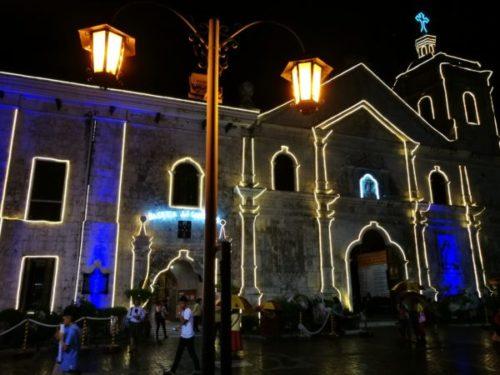 夜のライトアップされたサントニョーニ教会