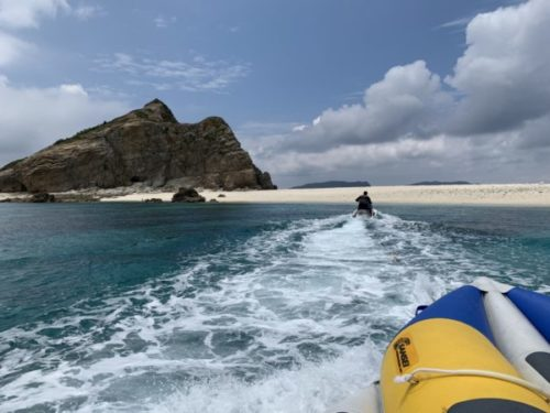 バナナボートに乗って、ジェットスキーで引っ張ってもらってハナリ島へ