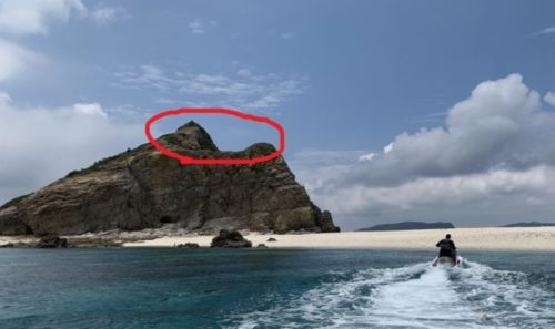 ハナリ島にある大岩