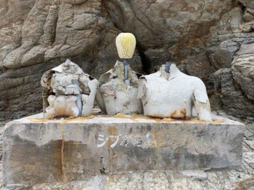 ハナリ島(シブがき島)のシブがき隊の像