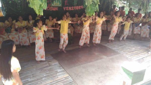 ロボック川のランチクルーズ中のダンスショー1