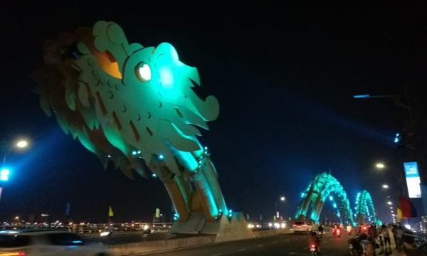 光り輝くダナンのドラゴンブリッジ(頭側)2