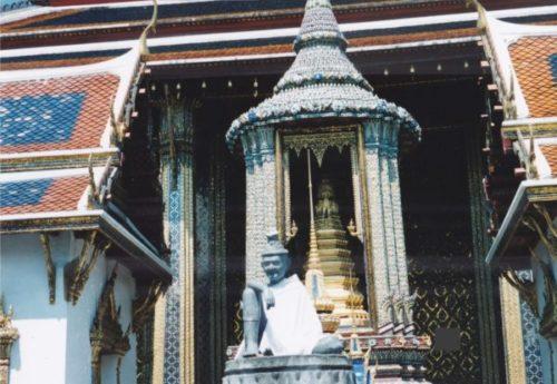 バンコクのワットプラケオ(王宮寺院)にあるブロンズ像の仙人像