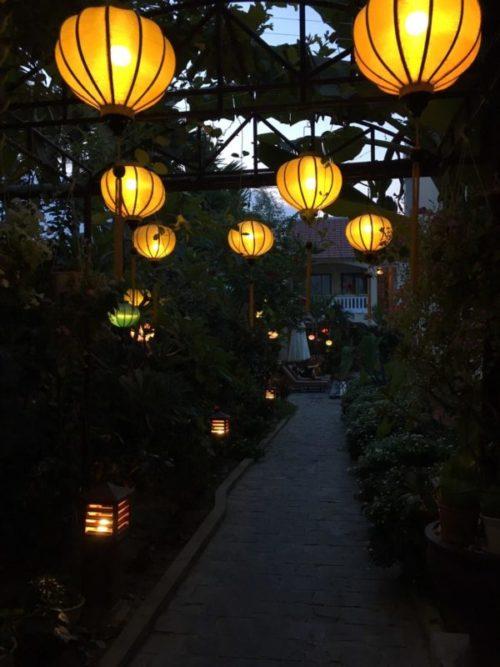 ホイアンのおすすめホテル「Village Lodge」の廊下にあるランタン