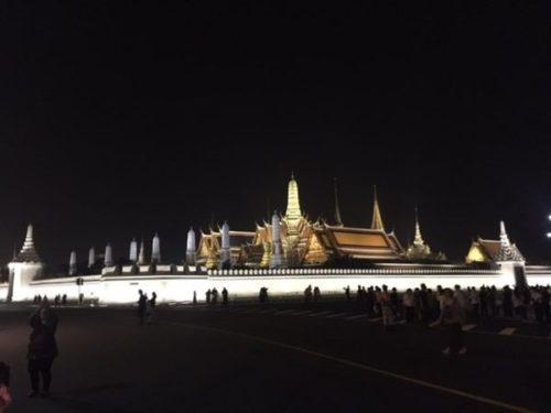 バンコクのワットプラケオ(王宮寺院)の夜のライトアップ