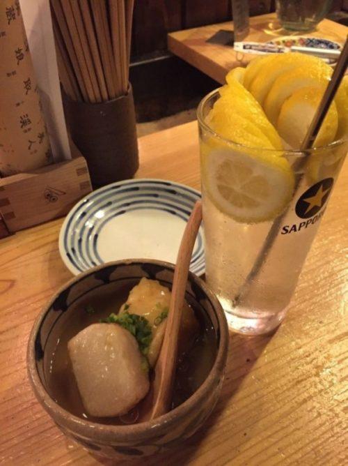 鎮座タキビヤでのはじめの1杯はこれで決まり!らせん状のレモンが入った「レモンサワー」