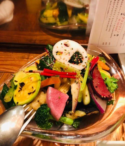 新鮮な魚料理が楽しめる「博多炉端 魚男(フィッシュマン)」のサラダ
