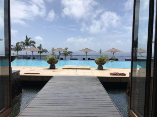 屋久島の高級リゾート「サンカラホテル」のプールサイド