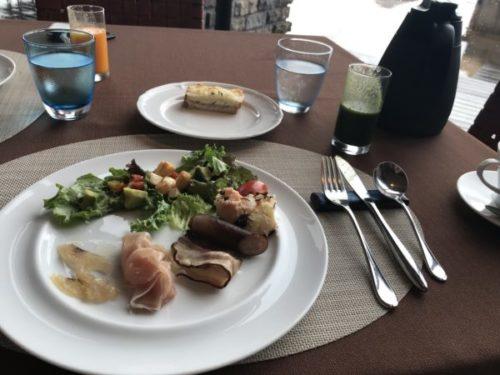 屋久島のサンカラホテルの「アヤナ」でモーニング1