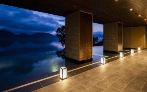 ザ・レイクスイート湖の栖(このすみか)のインフィニティ設計されたエントランス